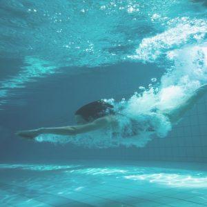 ¿Por qué la menstruación se suspende al ingresar a una piscina?